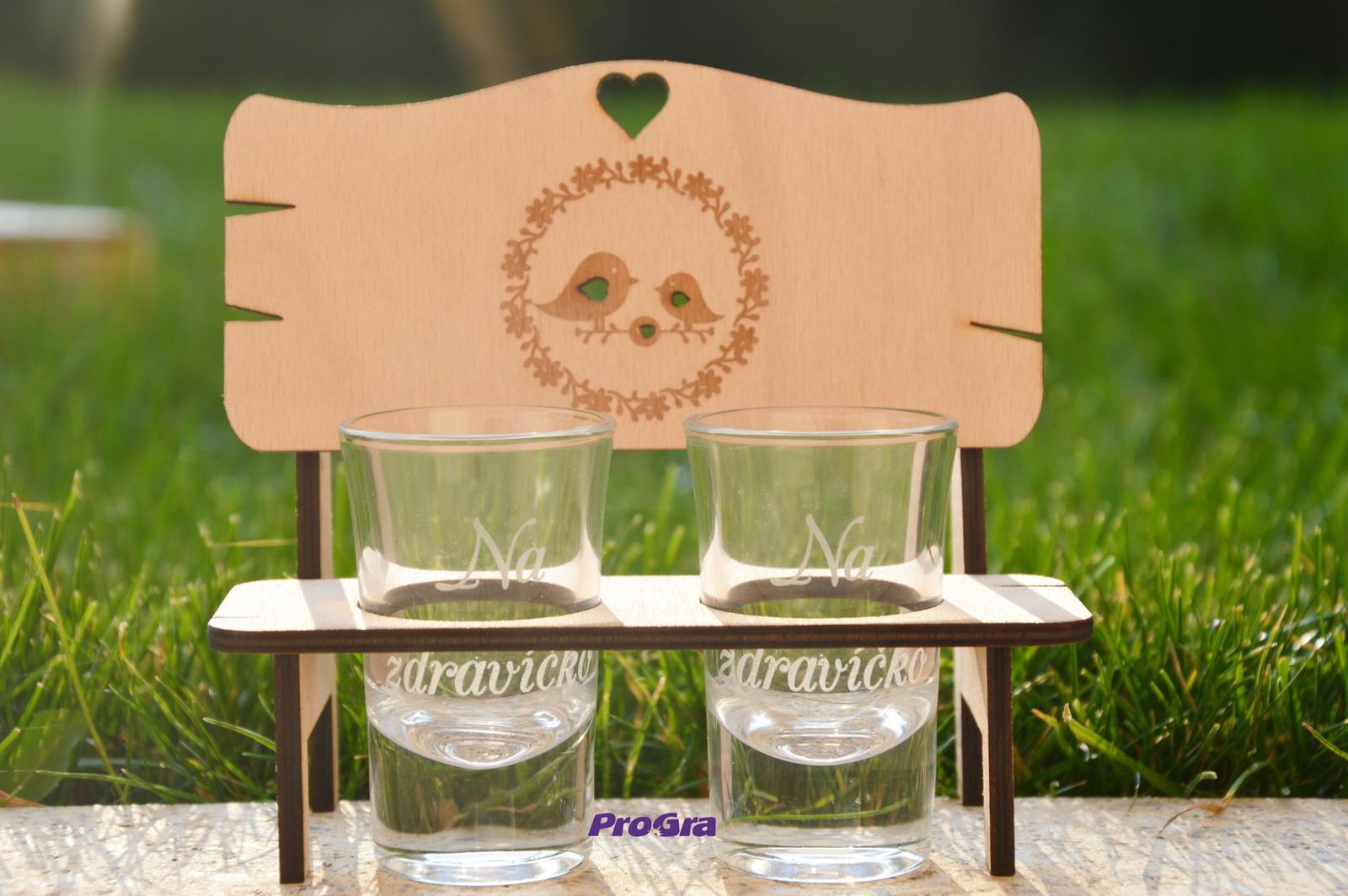 Svatební skleničky - Krásná lavička se štamprlíky - gravírování je možné i personalizovat