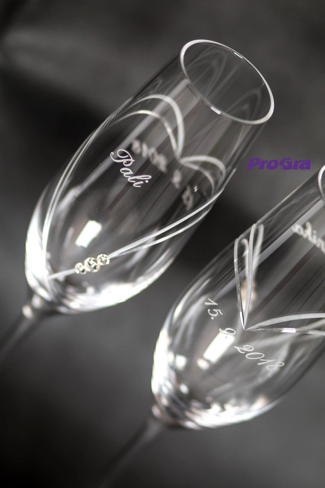 Svatební skleničky - Amelie-elegantní svatební šálky s výbrusem a Swarovski krystaly vygravírujeme se jmény a datem svatby