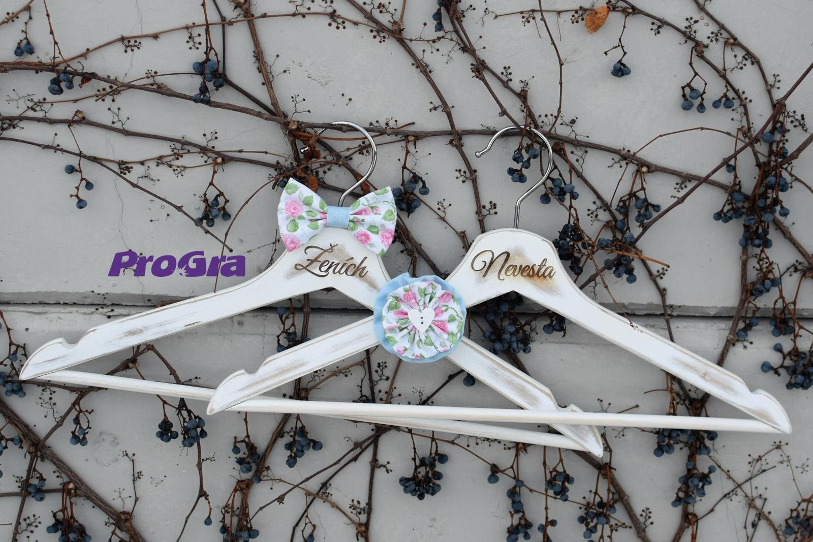 Originální Svatební Doplňky - Nepřehlédnutelné svatební vintage věšáčky - růžovo modré
