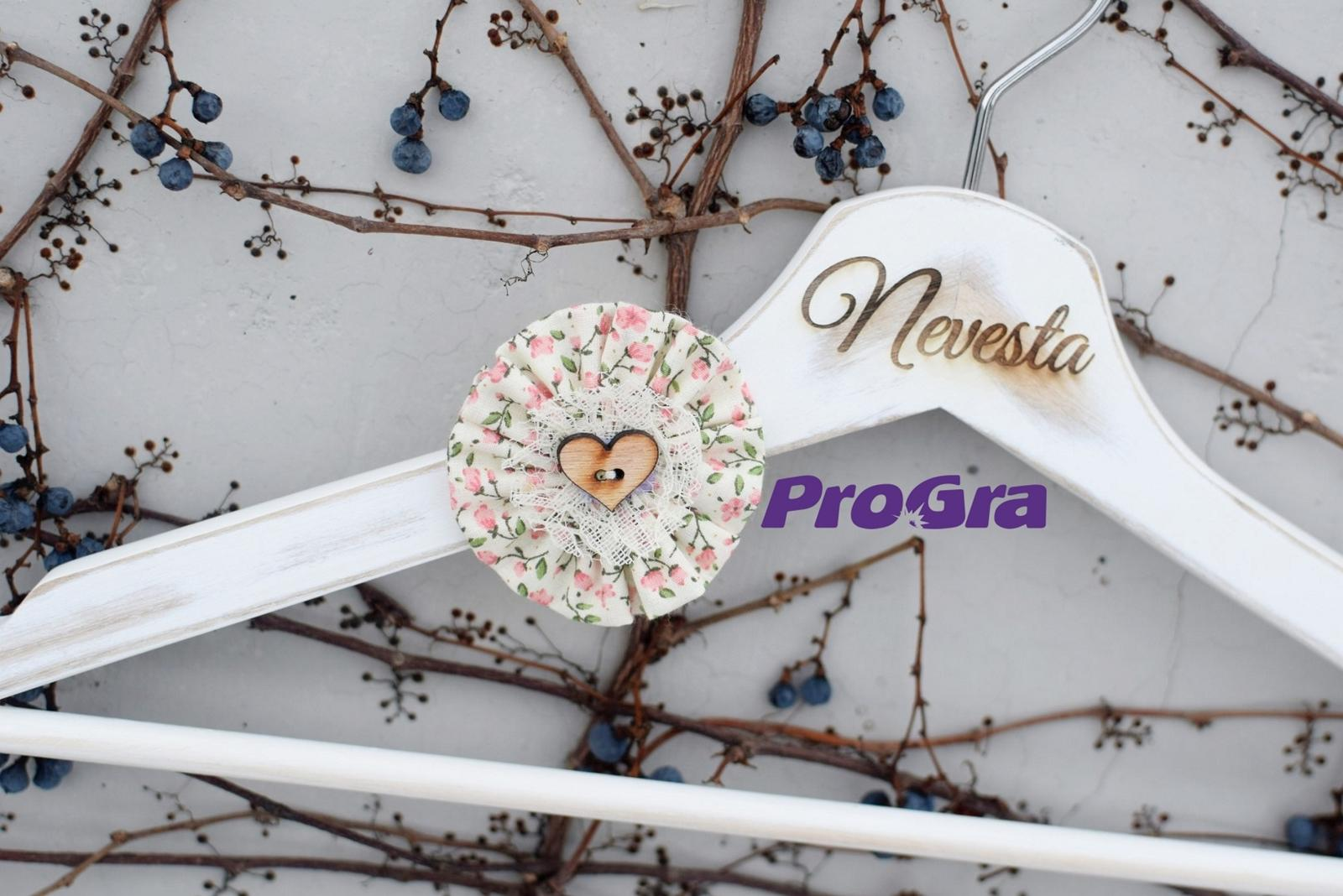 Gravírované svatební vintage věšáčky růžové kvítky - Obrázek č. 3