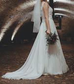 Splývavé svatební šaty s vlečkou, 40
