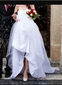 Bile svatebni saty s vrstvenou sukni, 34