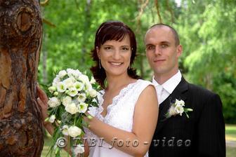 maminin výtvor svadobnej kytičky a pierka pre ženícha