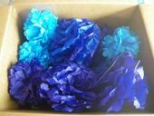 50 ks pom poms modré a bílé různé velikosti,