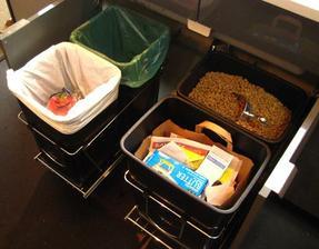 najlepšie je samozrejme vysúvať koše na triedený odpad spod kuchynského drezu