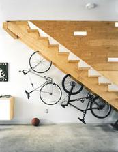 bicykle pod schodami ako ozdoba