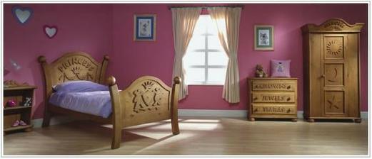Popoluška... Nepodarilo sa mi zistiť, či je to realny nábytok alebo hračkársky pre bábiky :DDD.. ako z rozpravky o snehulienke...