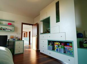 V kombinácii s bielym nábytkom a tmavou drevenou podlahou usmerní neposlušné hračky... a ako nenápadné schodisko vedie niekam hore...