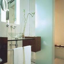 """V kúpeľni sa tyrkysová často objavuje """"vo forme"""" skla"""