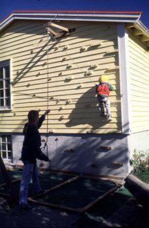 Detské ihriská - nápady - Lezecká stena- odopreli by ste vlastnému dieťaťu čosi takéto na fasáde vlastného domu ? :-D