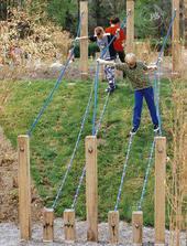 Cesta odvahy-  musí byť všetko dobre ukotvené- aj stlpy aj laná....