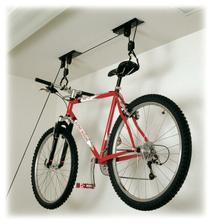 kam s bicyklom? no pod strop predsa