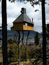 """A čosi z Japonska ... profesor architektúryTerunobu Fujimori si postavil domček svojich chlapčenských snov na pozemku svojho otca v roku 2004. Slúžia ako čajovňa a volajú ho """"Too High Teahouse"""""""