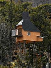 Exteriér... predstavujem si rapavú ježibabu na balkoniku, ako odlieta na metle :-)