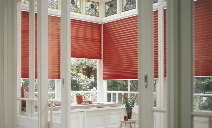O verande (a spol) - Červené plisé.... nemá chybu, aj s tymi vitražami hore