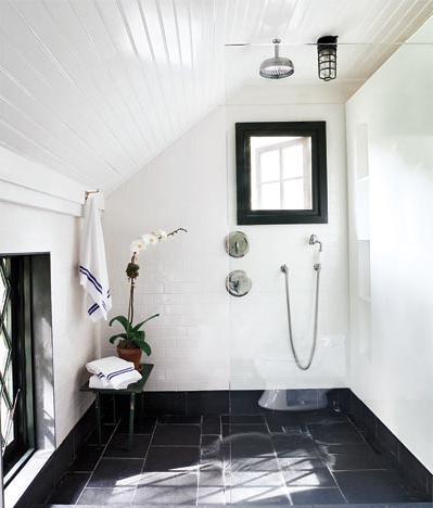 Vidiecke kúpeľne - biela je vo vidieckych  kúpeľniach kráľovná