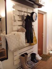 vesiakovu stenu by sme spravili radi nieco skutocne originalne..... toto je paleta prerobena na vesiakovu stenu :-)