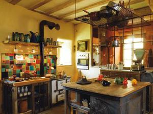 Nejako takto vyzerá klasická videcka kuchyna s varením na dreve... ten obklad je moja šalka kávy....