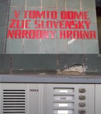 Ten nápis na dome ma tak zaujal, že som musela na zvončekoch zistiť, kto že to je ten slovenský národný hrdina :-)