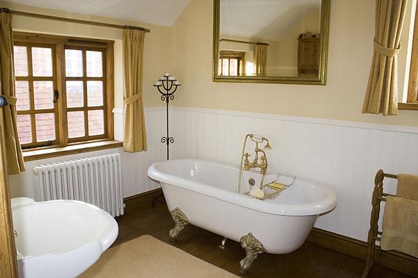 Vidiecke kúpeľne - ako na vidiecky zámok... ale pekné farby