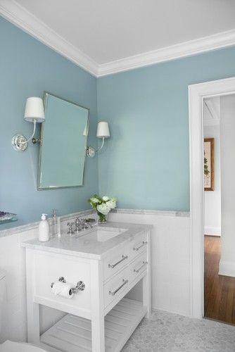 Vidiecke kúpeľne - Biely spodok a svetlotyrkysové alebo svetlosivé steny