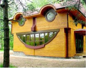 Insitný prvoaprílový dom... každá fasáda zobrazuje inú náladu