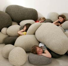 Deti spia po celodennej práci v kameňolome :-)