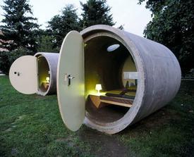 Izby sú voľne pohodené v parku...