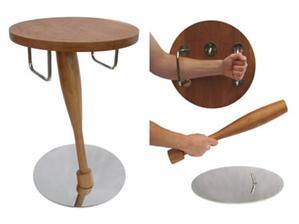 Obrana proti neželaným návštevám vždy po ruke... a po použití sa dá zložiť naspat do tvaru stola...