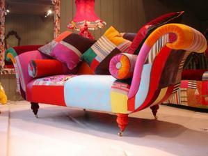 Túto rozprávkovú patchworkovú sofu by som kľudne mala na istý čas aj v obývačke... vždy ked by som prišla domov by som sa na nu zasmiala...