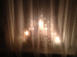 Svícen za oknem.
