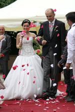 Po obřadě po nás svatebčané házeli plátky růží.