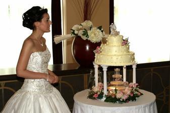 Svatební dortík s romantickou osvětlenou fontánkou.
