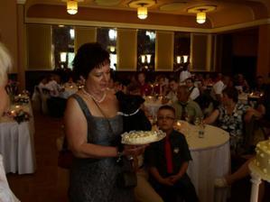 Naše družička měla vlastní dortík podobný tomu našemu. Měla i svoje psí svatební koláčky z pekárny pro pejsky.