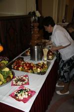 Babička, svatební cukroví, kila ovoce a fontánka.