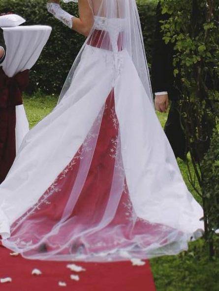 Červeno-bílé svatební šaty s vlečkou - Obrázek č. 1