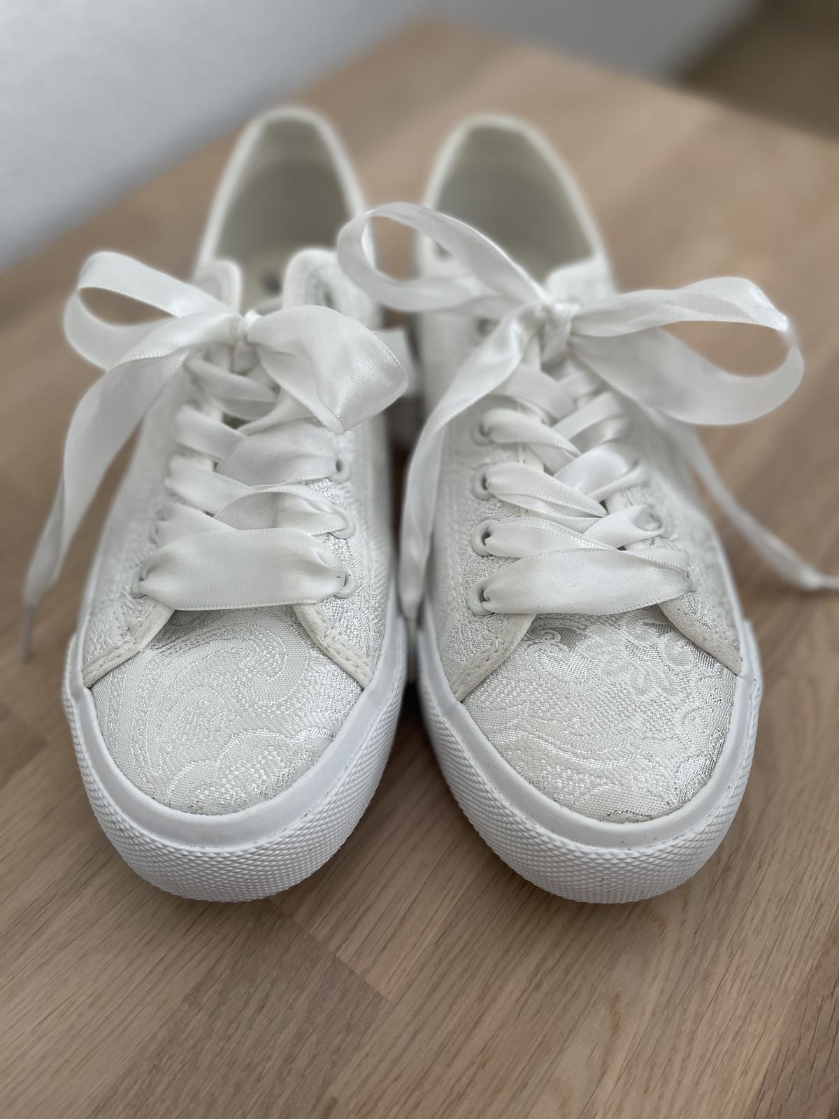 Biele svadobné tenisky - Obrázok č. 1