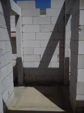 chodba - vstup do spálne vľavo a vpravo kúpeľňa