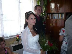 nevěsta už je tu,proběhlo předání svatební kytice