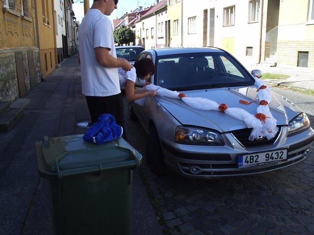 Milana{{_AND_}}Robert - zdobení auta, kámoška i s přítelem pomohli, fakt moc díky!!!!