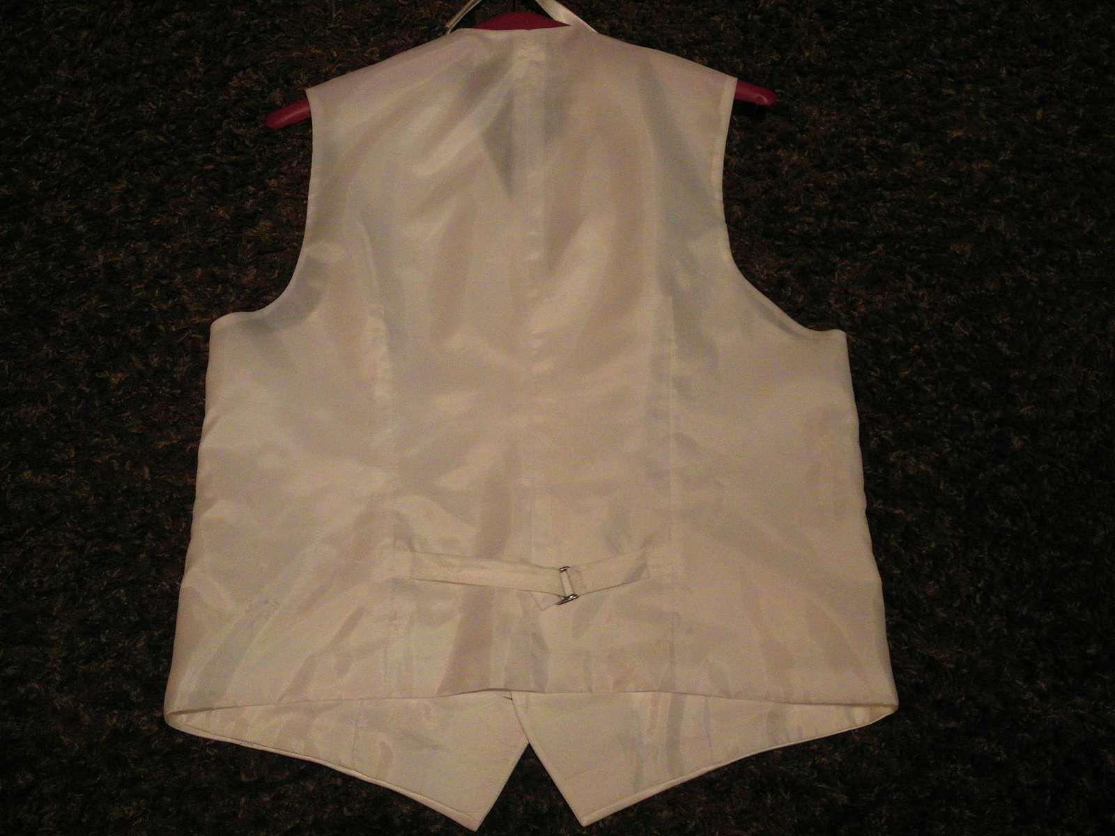 Biela leskla vesta s kravatou - Obrázok č. 4