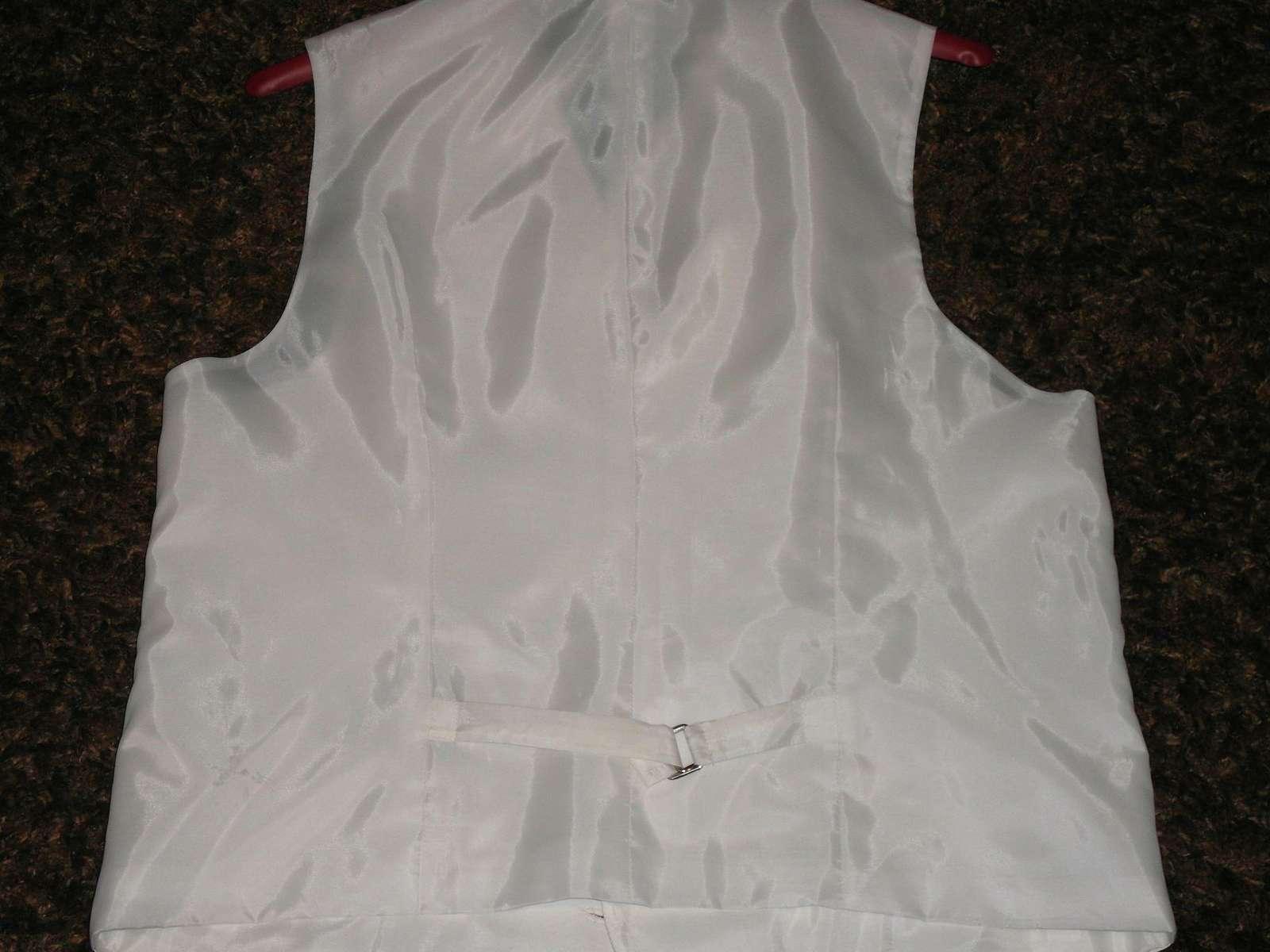 Biela leskla vesta s kravatou - Obrázok č. 2