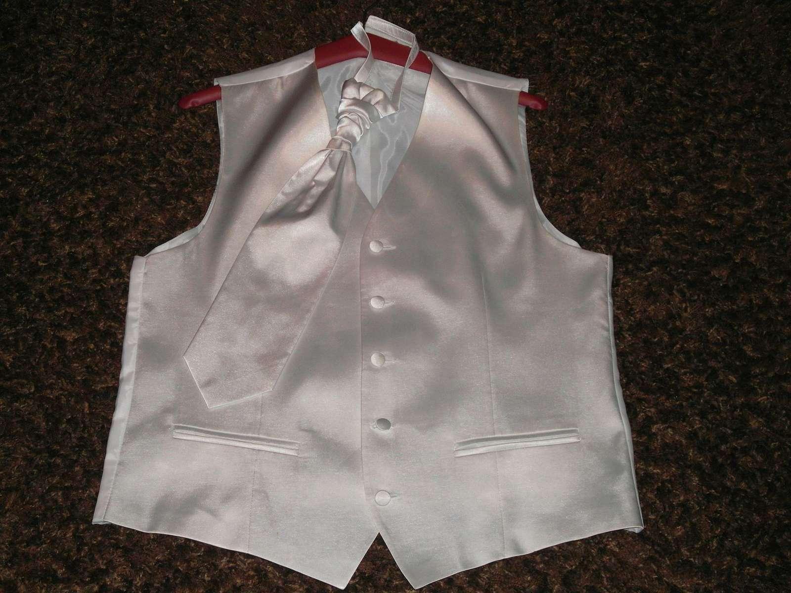 Biela leskla vesta s kravatou - Obrázok č. 3