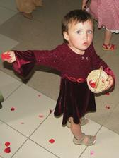 malá Katka s Miškou sa vyšaleli pri hádzaní ružových lupienkov :-)