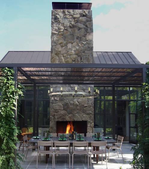 Dream house - vonkajsie posedenie ne terase a krb, pripade velky gril