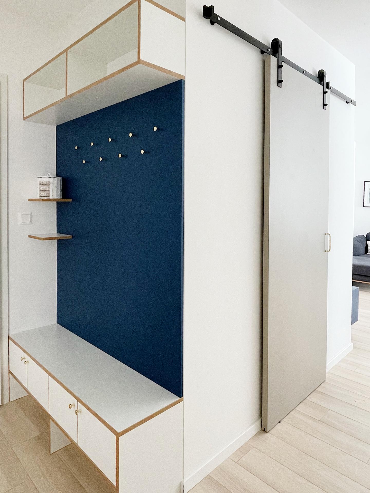 """Taký (ne?)obyčajný 2izbák na prenájom (a.k.a. Aj s nízkym rozpočtom sa dá čarovať ☺️) - Zastena je rovnakej farby ako skrinka pod TV - odtien modrej zvany """"ocean blue"""".  Zlate uchytky z IKEA su prepajajucim prvkom v celom byte - su tu ako vesiaciky, aj ako uchytky, a nachadzaju sa ako uchytky aj v kuchyni, na skrinke pod TV, na skriniach v spalni a aj na nocnych stolikoch."""