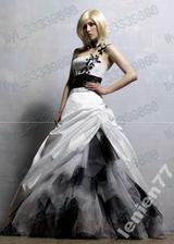 Toto měly být mé svatební šaty, v kombinaci bílo-fialová, nakonec přišly bílo-černé, takže se s nimi loučím