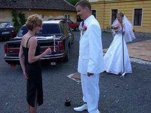 smlouvá, ale neusmlouval, musel nabídnout něco jiného (jízda limuzínou)
