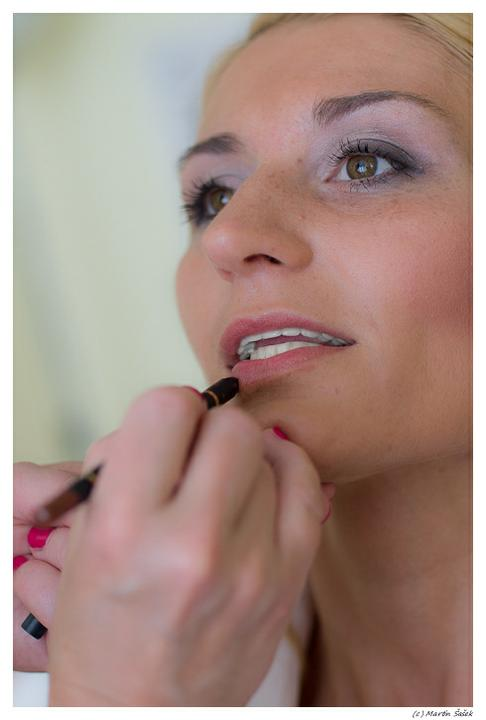 Gabriela{{_AND_}}Daniel Hořejší - ...vizážistka se ze mě snaží udělat krásnou nevěstu :-)