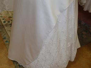 detail šatů - prý francouzská krajka :o)